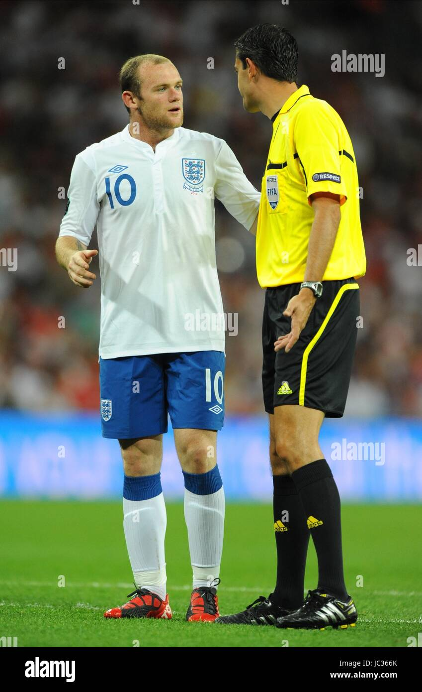 WAYNE ROONEY TALKS TO REFEREE VIKTOR KASSAI, ENGLAND, ENGLAND V BULGARIA, UEFA EURO 2012 QUALIFIER, 2010 - Stock Image
