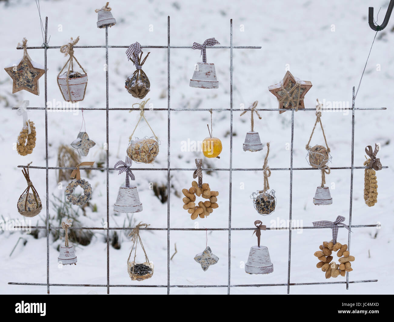 Futtergitter für Vögel, Vogelfutter-Spalier, Vogelfutter-Gitter, Selbstgemachtes Vogelfutter, Vogelfütterung, - Stock Image