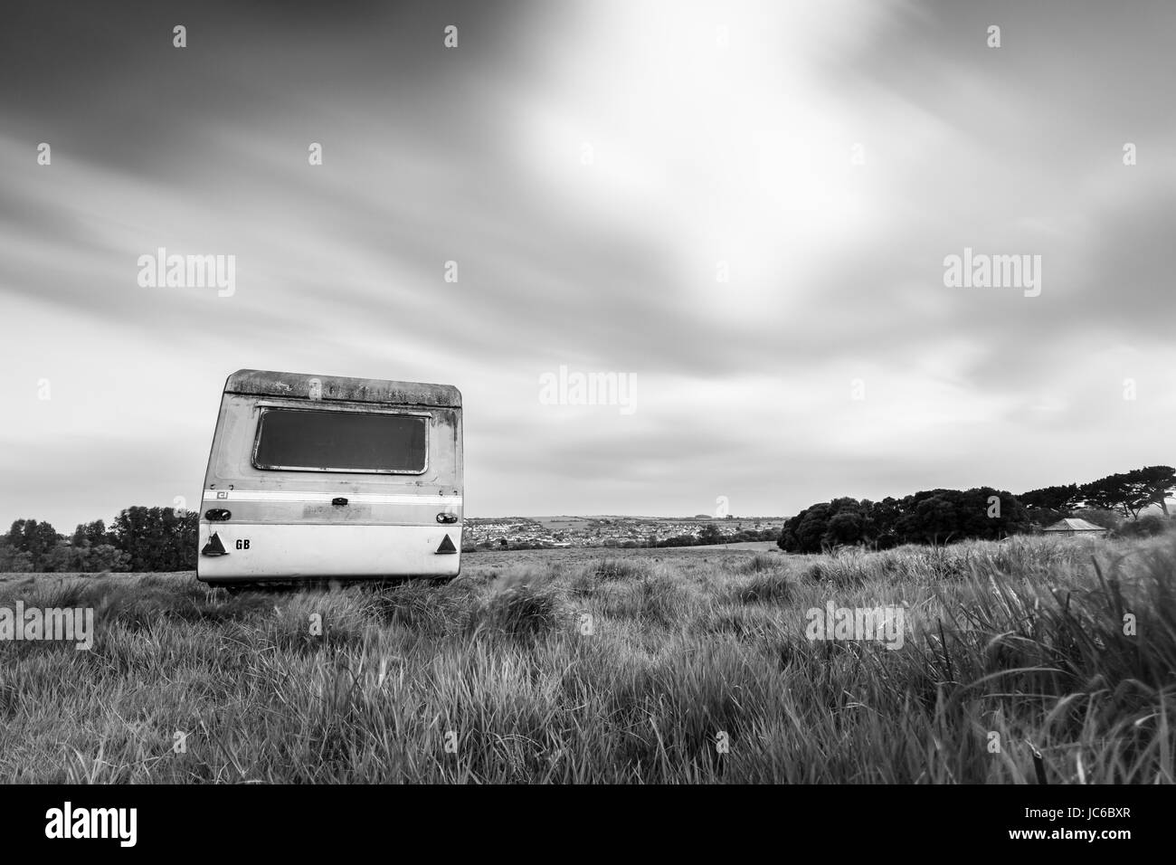 35aa54850ecb3f abandoned neglected caravan left in field on town outskirts - Stock Image