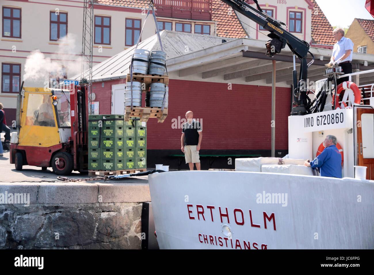 Schiff beim Entladen in Gudhjem auf Bornholm, Dänemark Stock Photo