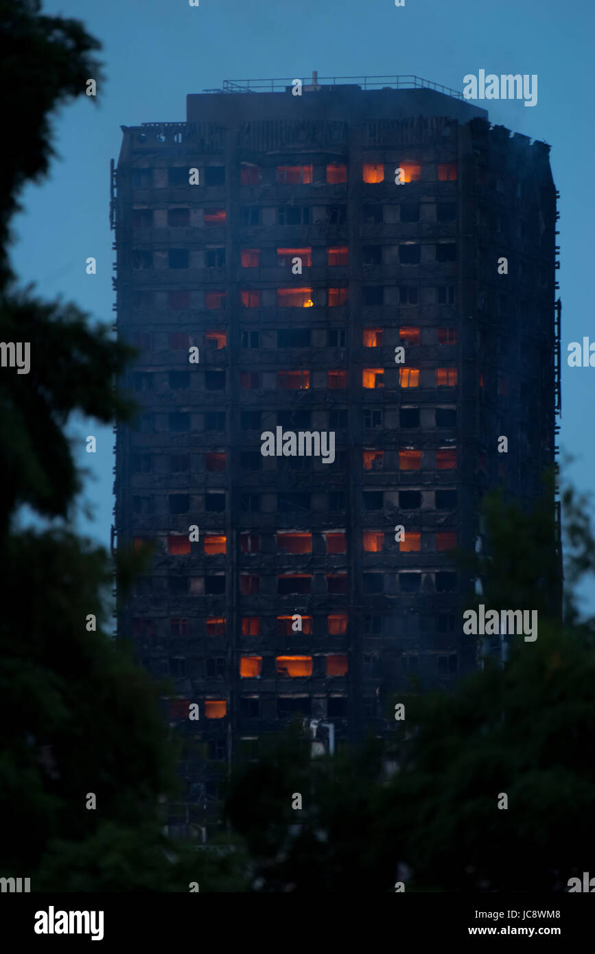 Grenfell Tower, London, UK. 14th Jun, 2017. 20:42 Still on fire Credit: ibeep Images/Alamy Live News - Stock Image