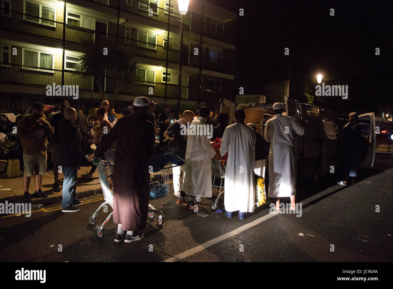 London, UK. 15th June, 2017. Volunteers from mosques all over London, including Alperton, Tower Hamlets and Shepherds - Stock Image