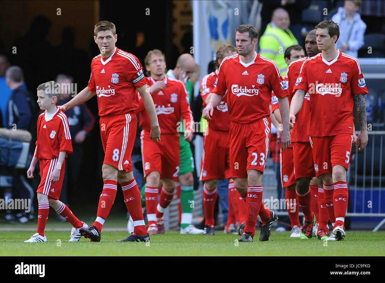 STEVEN GERRARD LEADS HIS TEAM HULL V LIVERPOOL KC STADIUM HULL ENGLAND 09 May 2010 - Stock Image