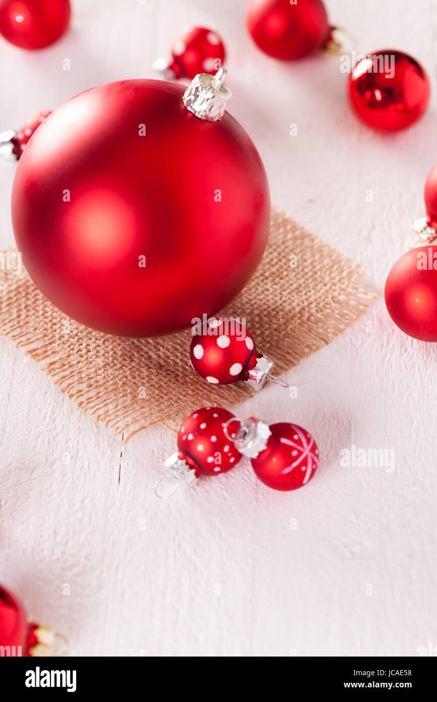 Große Rote Christbaumkugeln.Große Und Kleine Rote Christbaumkugeln Auf Einem Holzbrett Mit Einem