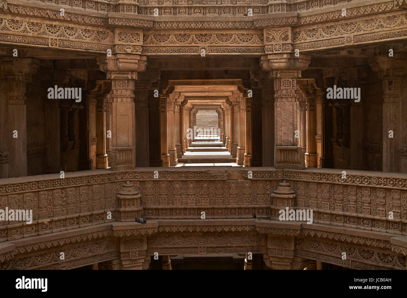 Ornately carved stonework of the Adalaj Stepwell on the outskirts of Ahmedabad, Gujarat, India. Built circa 1499. - Stock Image