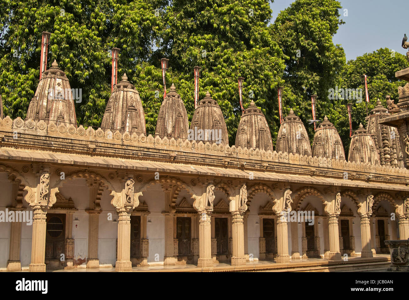 Ornately carved stonework of a colonnade surrounding the courtyard of the Hutheesing Temple in Ahmedabad, Gujarat, - Stock Image