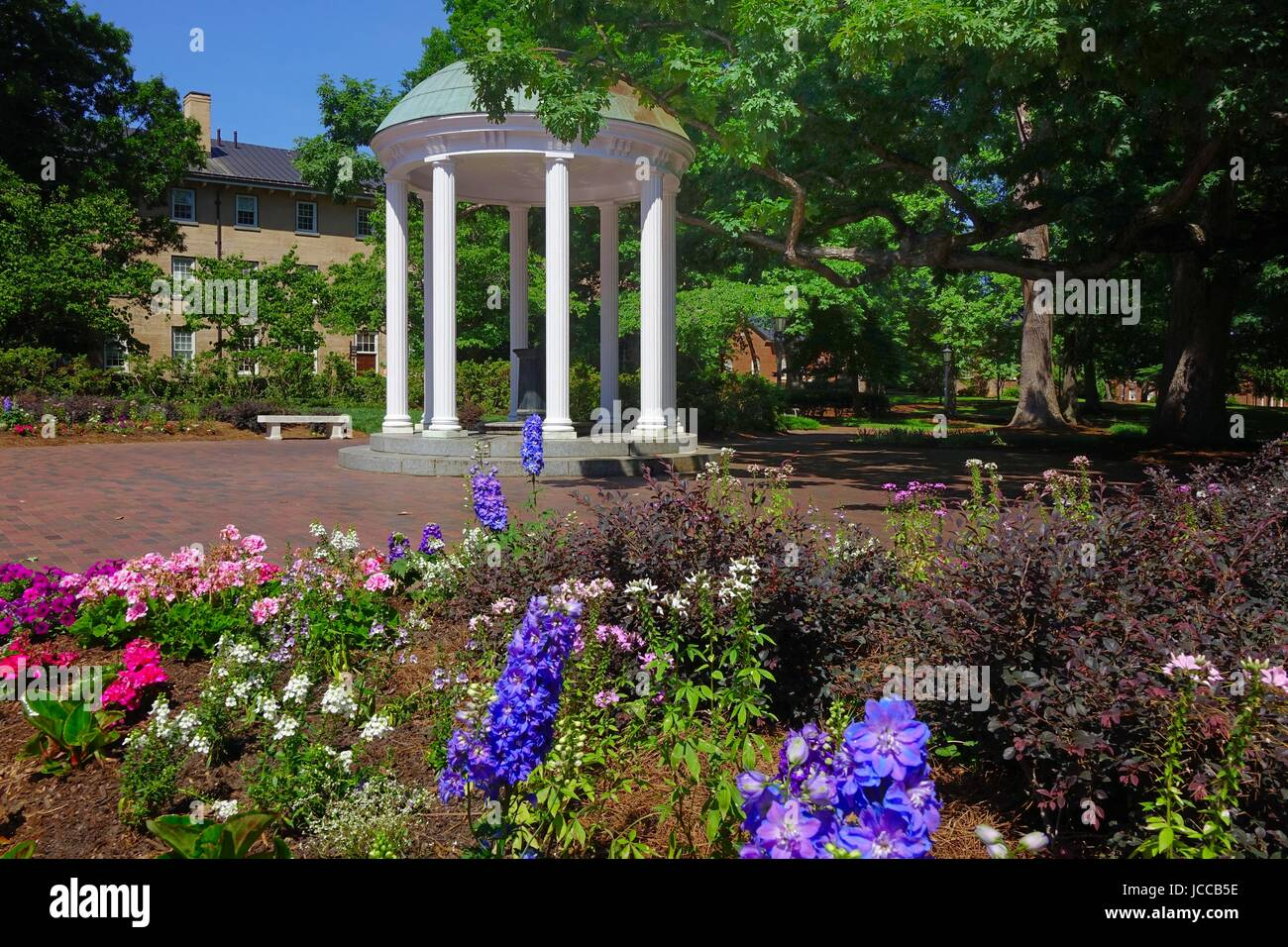 The Old Well, symbol of the Unversity of North Carolina, Chapel Hill, North Carolina. The well is enclosed in a - Stock Image