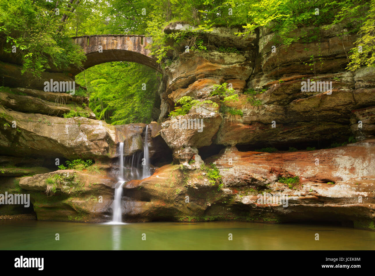The Upper Falls waterfall and bridge in Hocking Hills State Park, Ohio, USA. - Stock Image