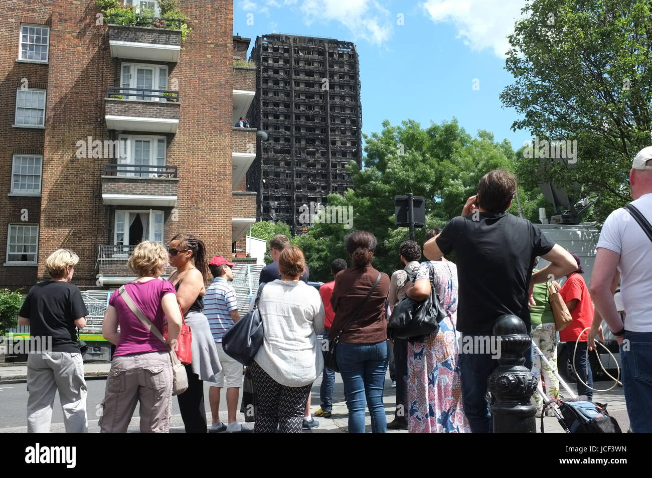 Notting Hill, Kensington, UK. 15th Jun, 2017. The site of the Grenfell Tower fire disaster at around 2.30pm on Thursday, - Stock Image
