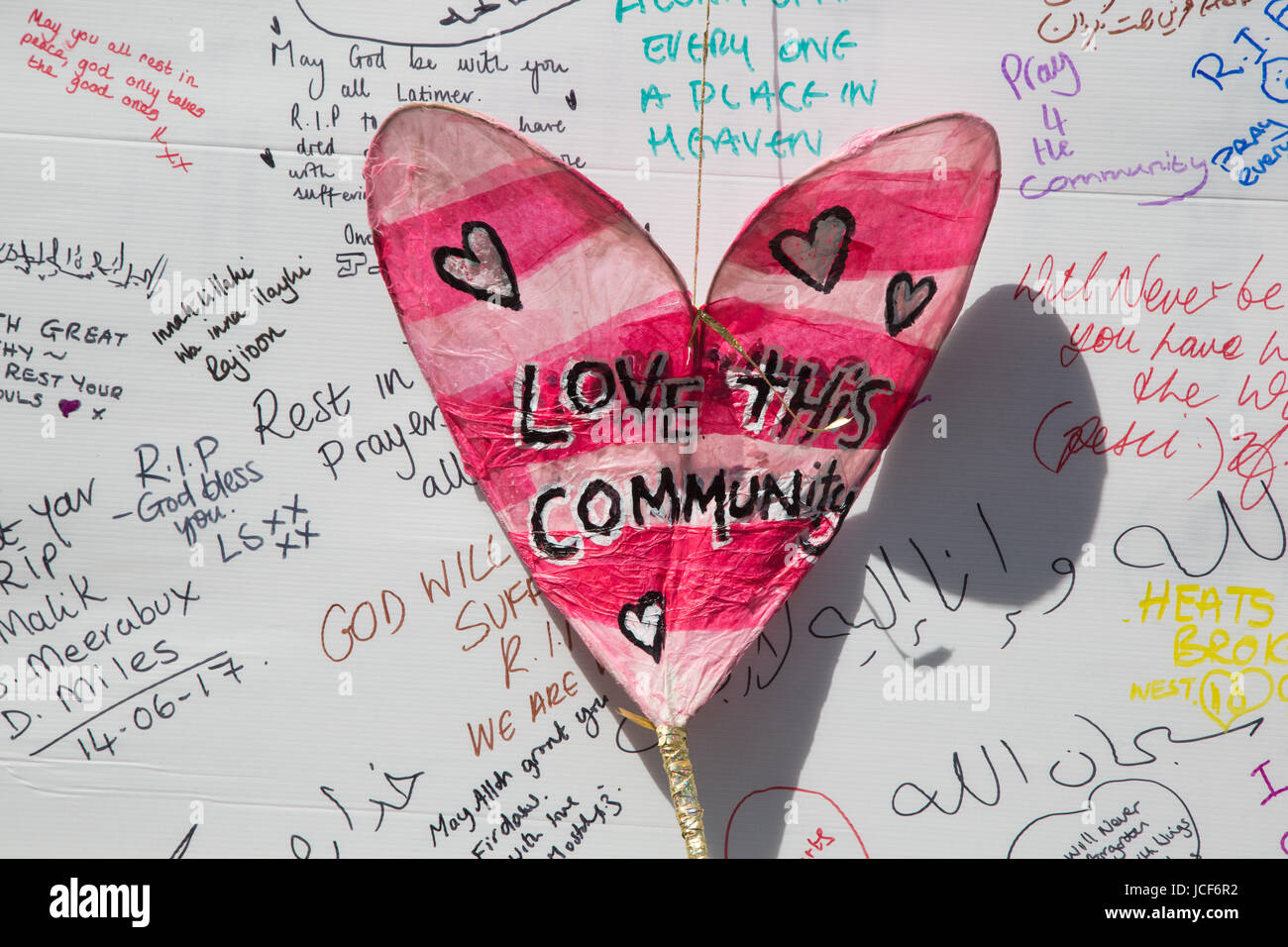 London, UK. 15th June, 2017. Messages of condolence for the victims on a wall near to the site of the Grenfell Tower - Stock Image