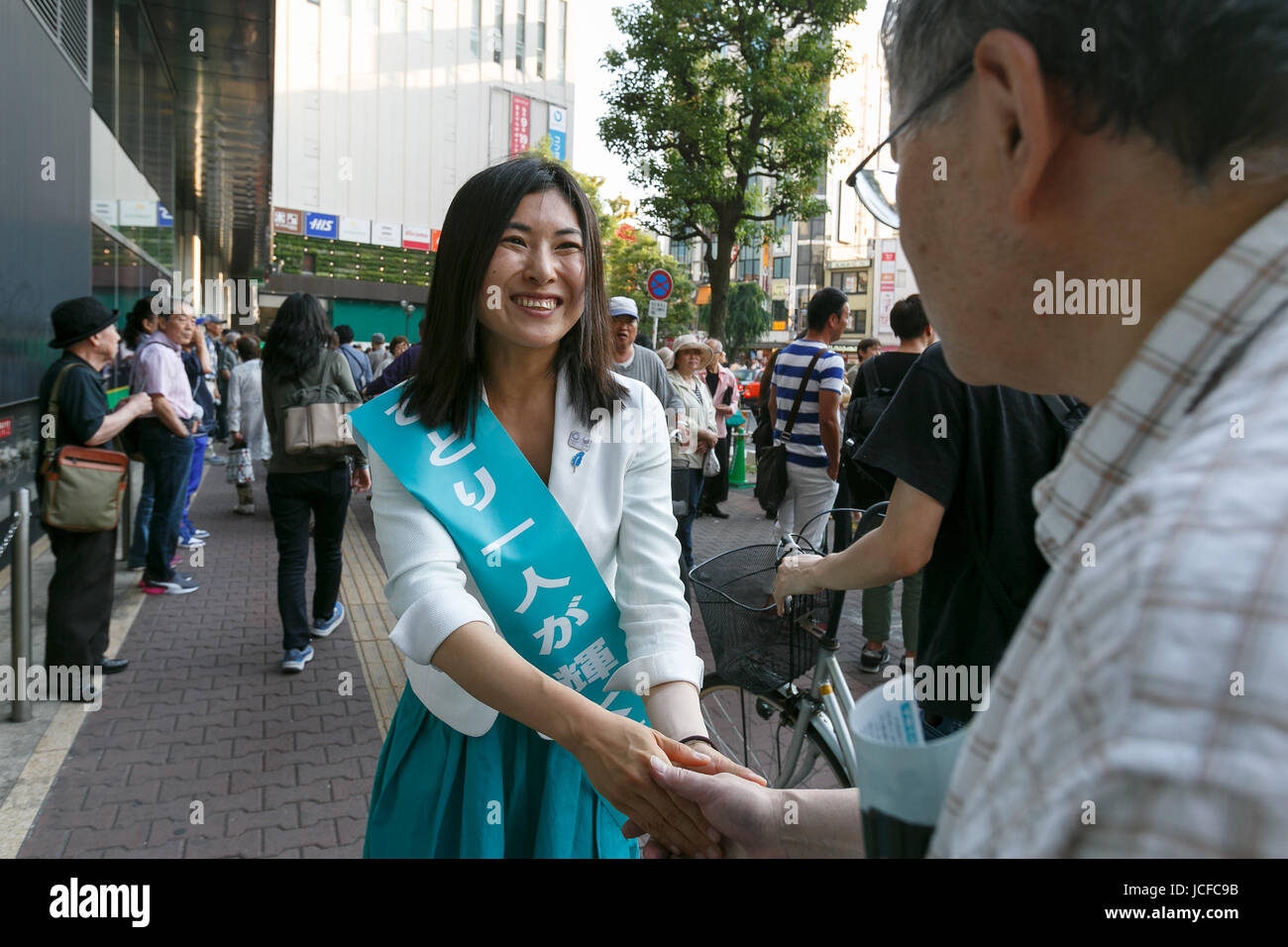 Tokyo, Japan. 16th June, 2017. Candidate Ai Mori shakes hands with supporters while campaigning for Tokyo's - Stock Image