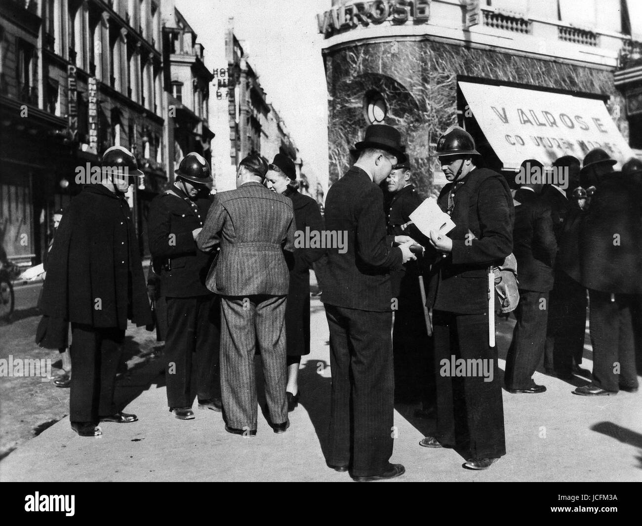 paris 1939 preparation with the war the police force checks papers