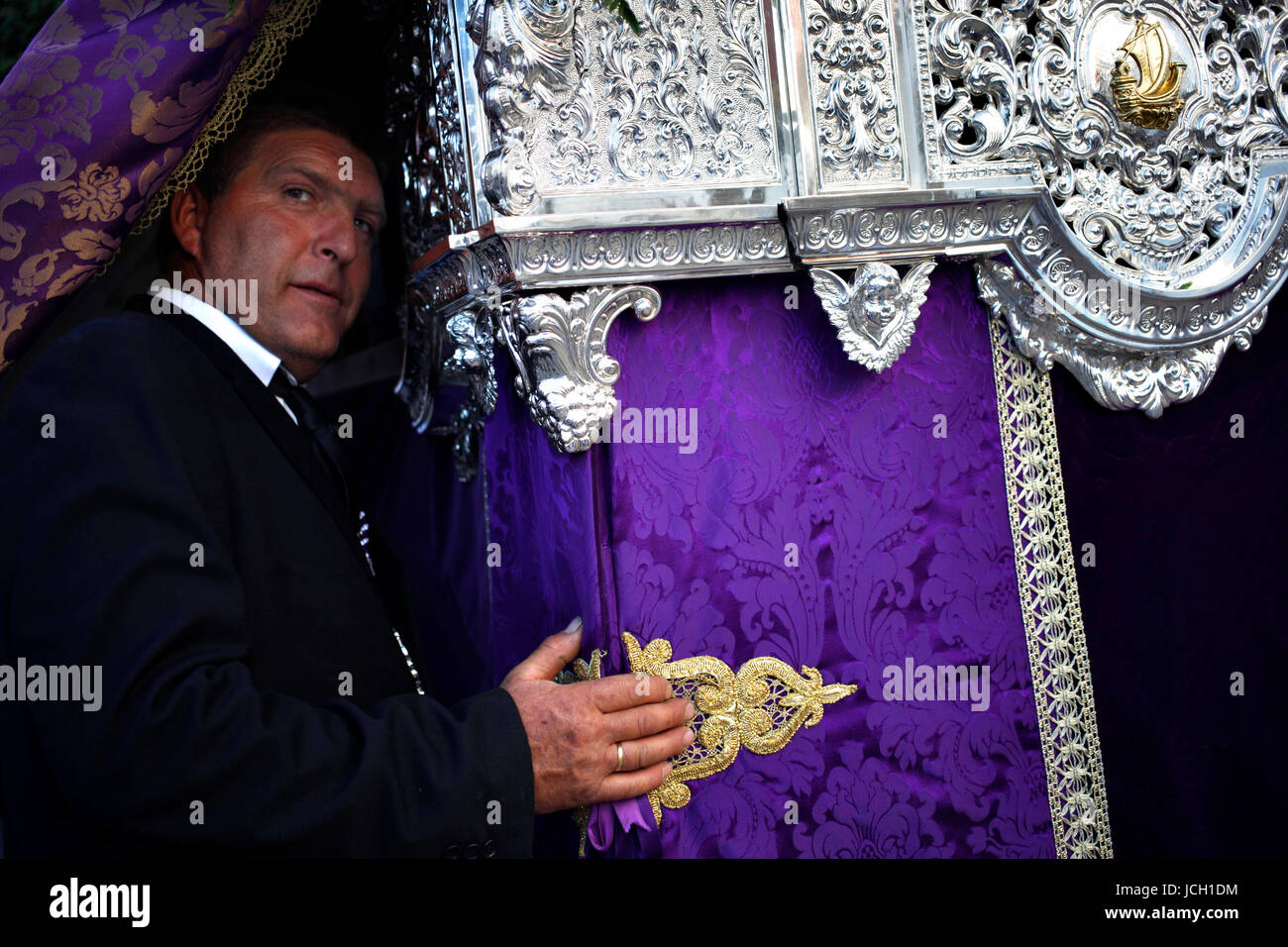 A capataz (forman) stands under the pallium of Our Lady of Tears (Nuestra Señora de las Lágrimas) during - Stock Image