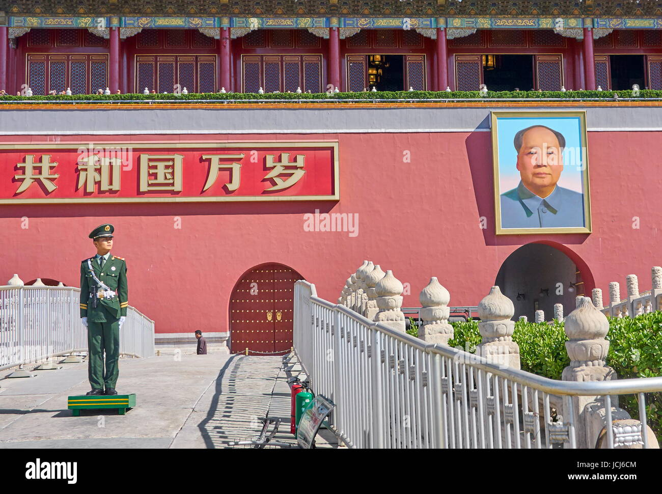 Soldier standing on guard in front of Gate of Heavenly Peace, Tiananmen Square, Beijing, China Stock Photo
