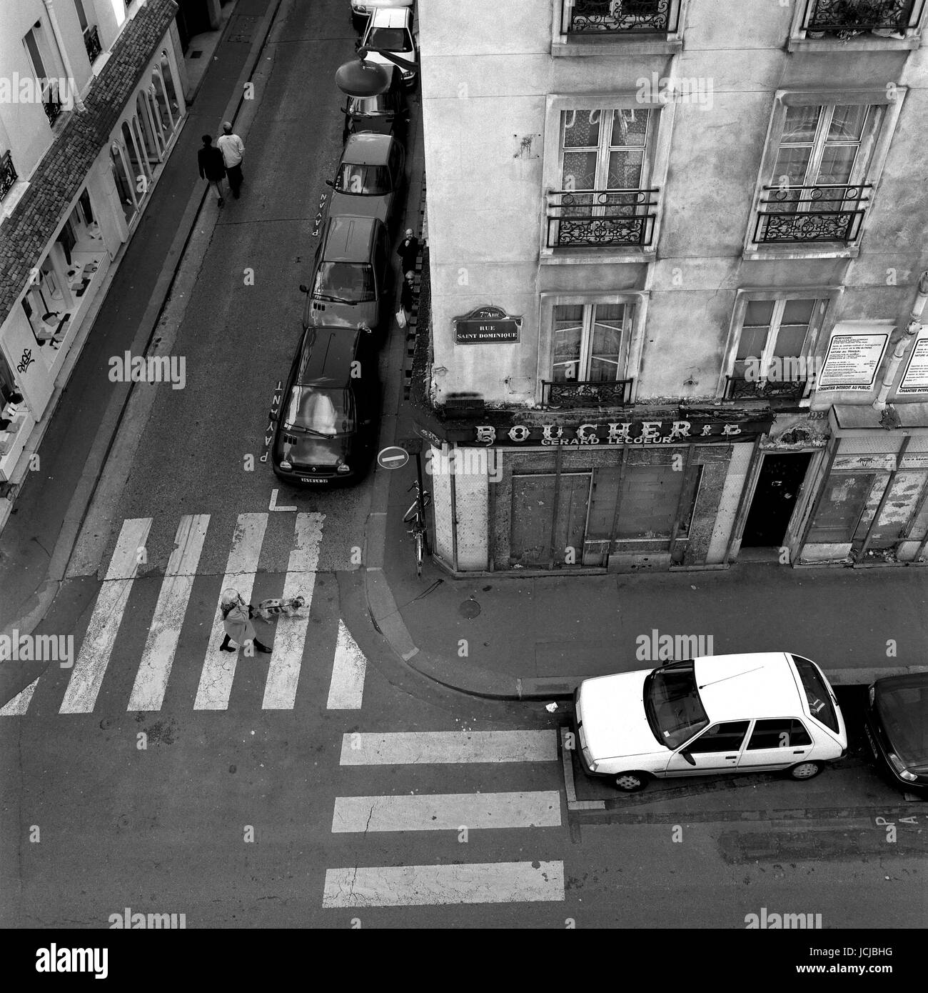 AJAXNETPHOTO. PARIS, FRANCE. OVERHEAD VIEW OF PEDESTRIAN CROSSING IN RUE SAINT DOMINIQUE. PHOTO:JONATHAN EASTLAND/AJAX - Stock Image