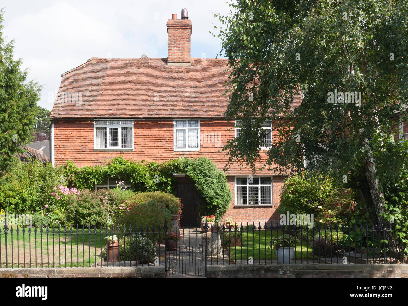 Cottage or House in Goudhurst Kent with clay tiled roof and upper storey walls - Stock Image