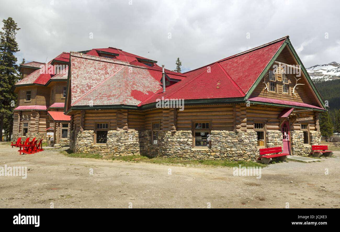 Historic Red Roofed Simpson's Num-Ti-Jah Lodge and Trading Post near Bow Lake on Icefields Parkway Banff National - Stock Image