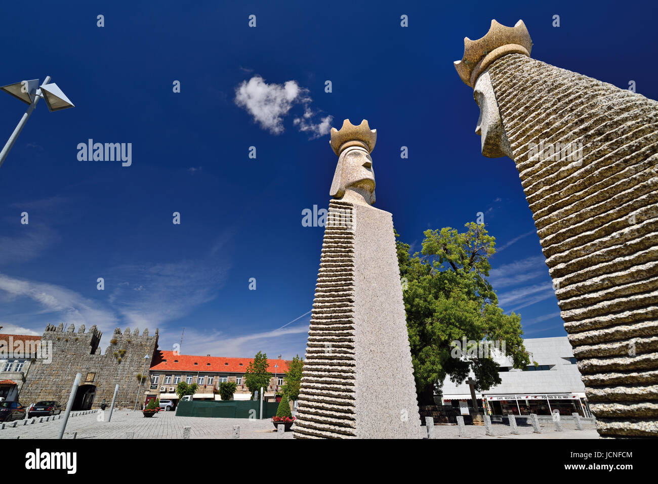 Stone carved monument of King and Queen at the entrance of Trancoso - Stock Image