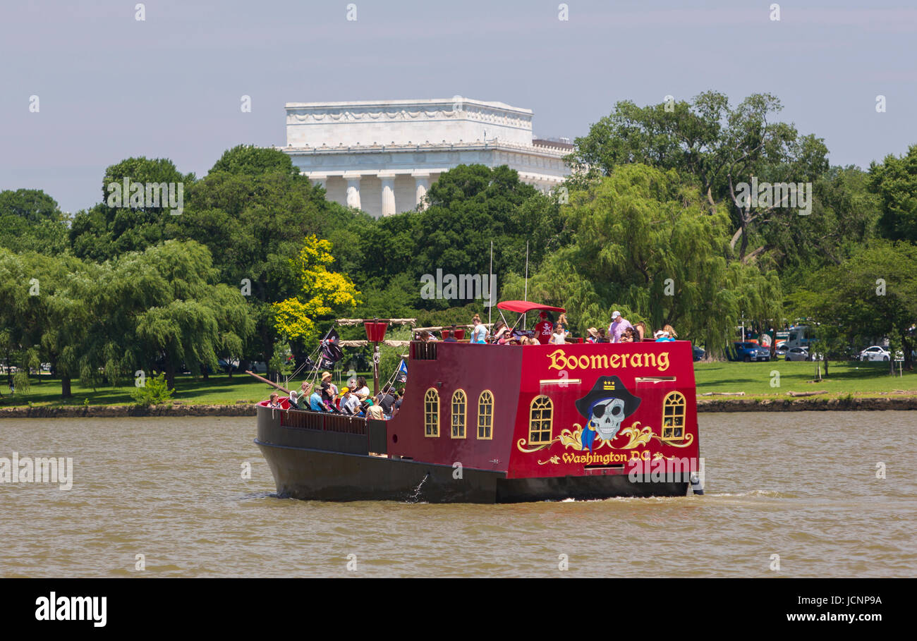 WASHINGTON, DC, USA - Tourism boat cruise, pirate ship 'Boomerang' and Lincoln Memorial, Potomac River - Stock Image
