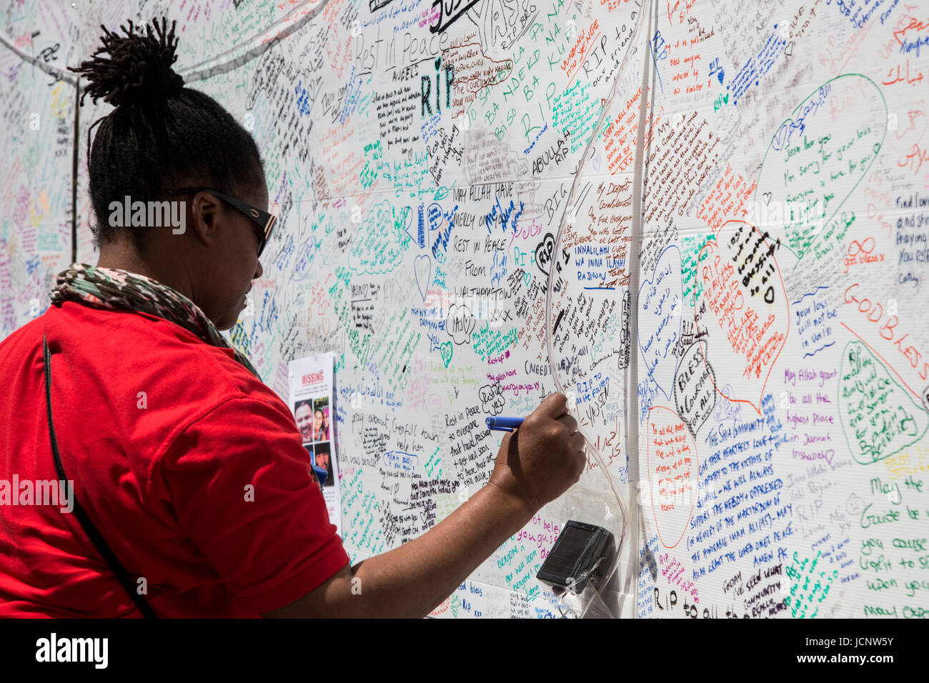 London, UK. 16th June, 2017. People leave condolence messages on a wall. The Notting Hill community mourns the victims - Stock Image