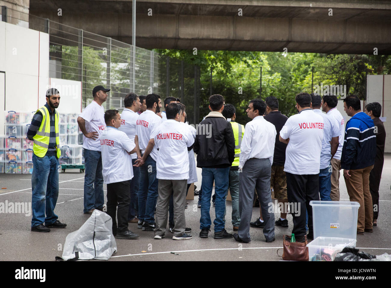 London, UK. 16th June, 2017. Volunteers meet outside the Westway Sports Centre on the third day of relief efforts - Stock Image