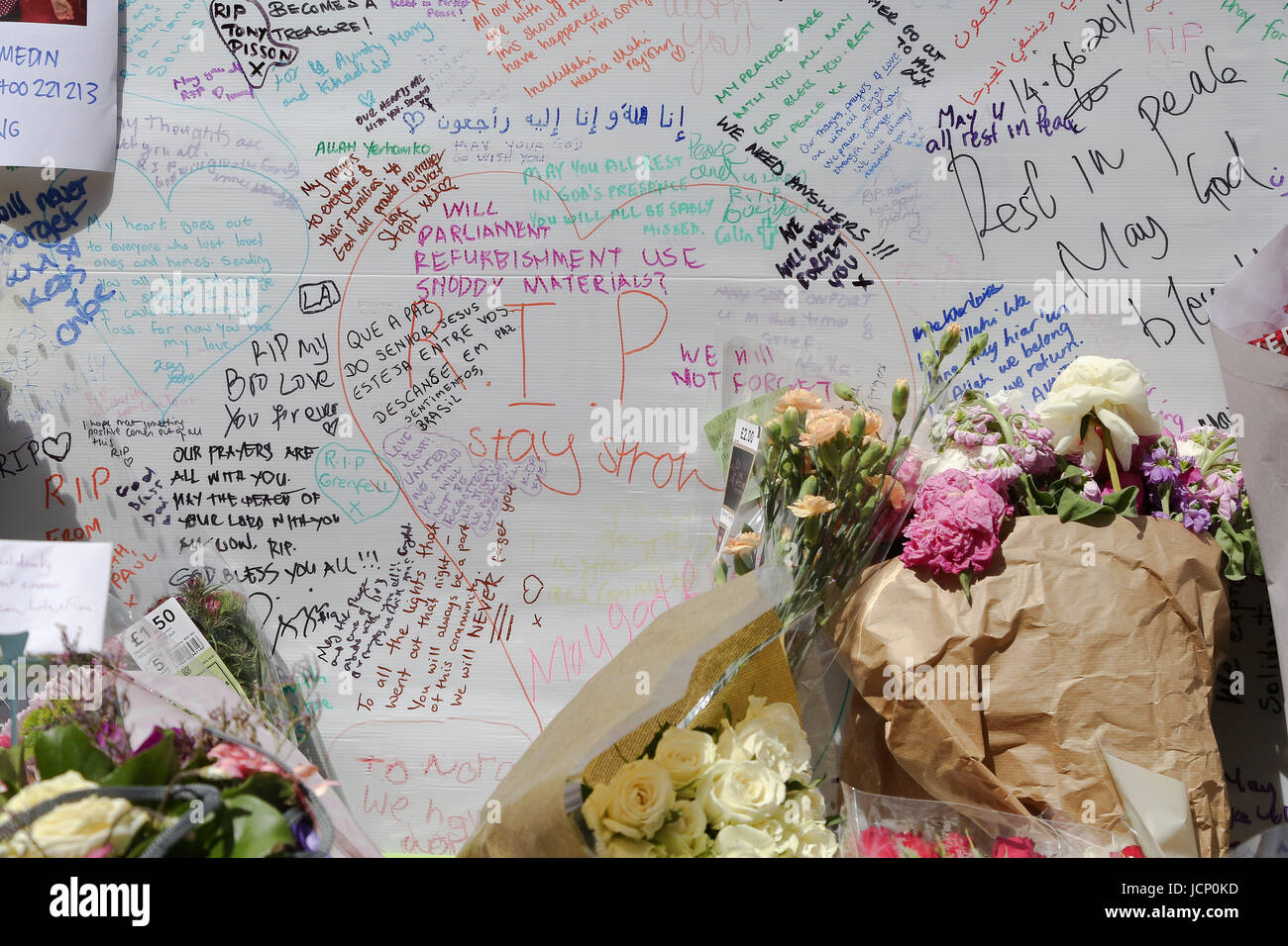 London, UK. 16th June, 2017. Messages of condolence and support are left at a relief centre close to the scene of - Stock Image