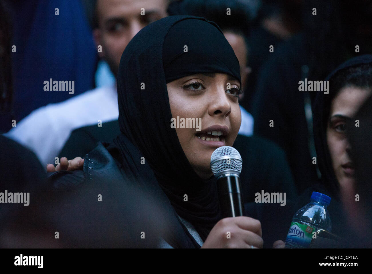 London, UK. 16th June, 2017. A young woman addresses members of the community of North Kensington protesting outside - Stock Image