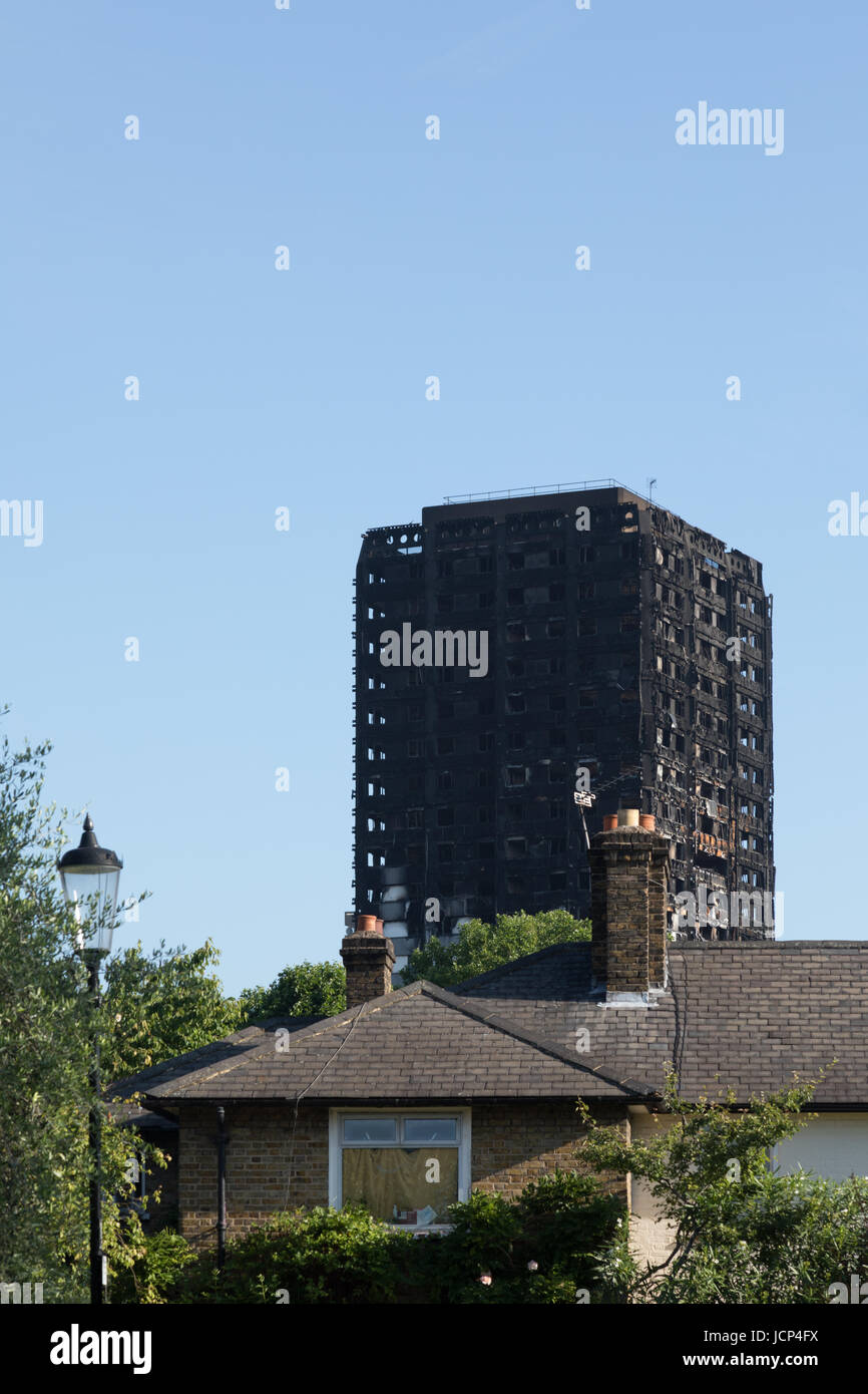Kensington, London, UK. 17th June, 2017. Scenes around the charred remains of the Grenfell tower block on Latimer - Stock Image