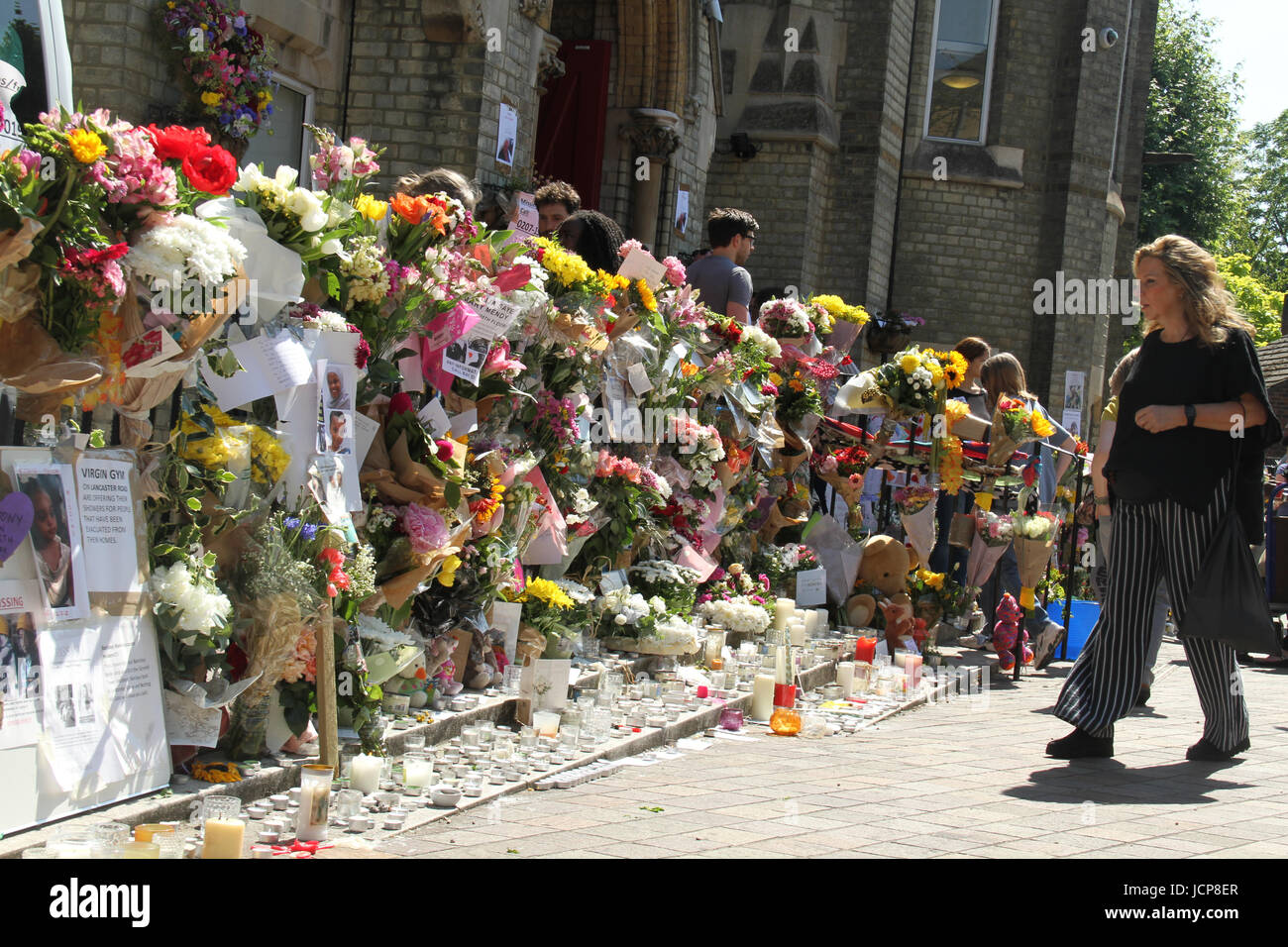 London, UK. 16th June, 2017. Memorial flowers and candles laid outside the Notting Hill Methodist Church following - Stock Image