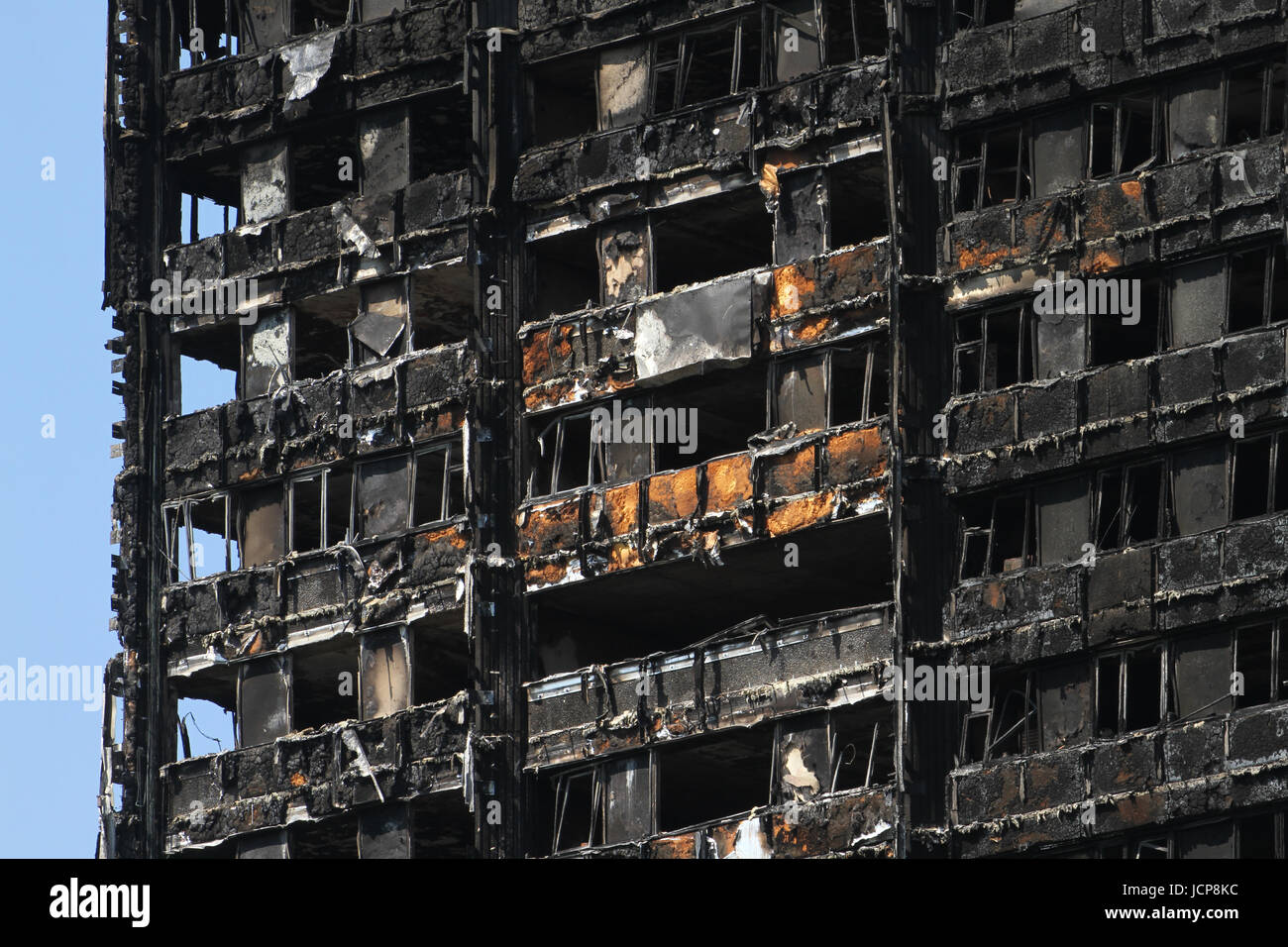 London, UK. 16th June 2017. Burned out cladding seen on the charred remains of the 24-storey block Grenfell tower - Stock Image