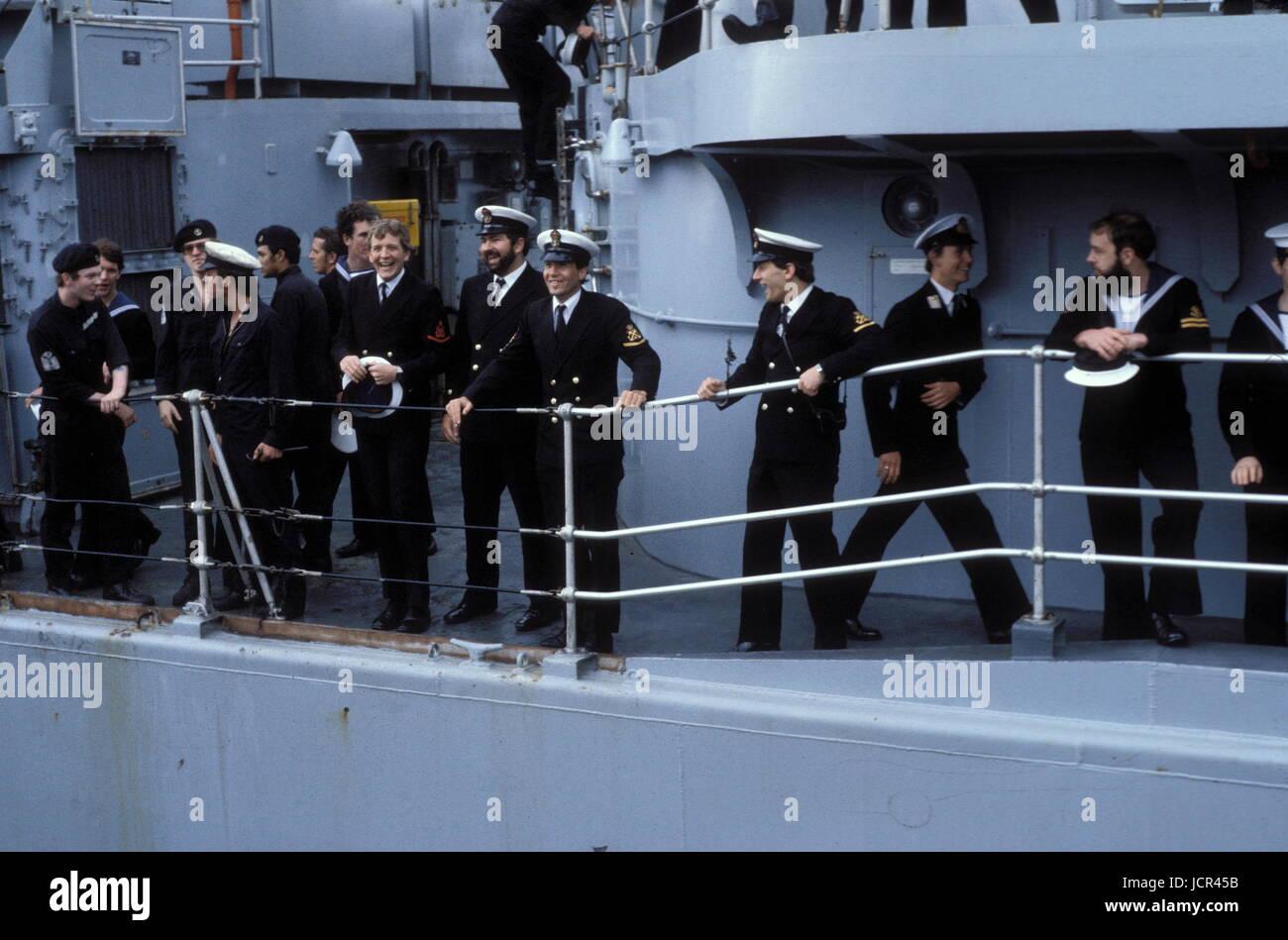 AJAXNETPHOTO. 19TH JUNE. 1982. PORTSMOUTH, ENGLAND. - SURVIVOR RETURNS - CREW OF THE THE BOMB DAMAGED TYPE 42 (1&2) - Stock Image