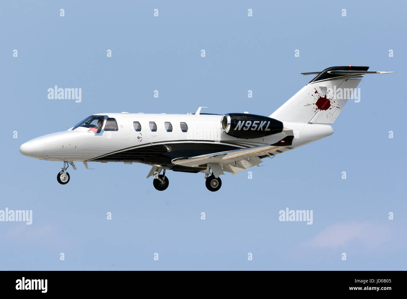 A private Cessna 525 CitationJet M2 [N95KL] on short finals runway 31. - Stock Image