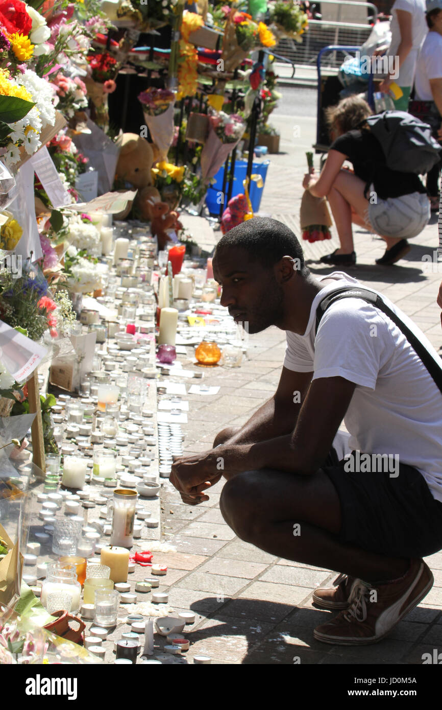 London, UK. 16th June, 2017. People seen reading through memorial messages placed outside the Notting Hill Methodist - Stock Image