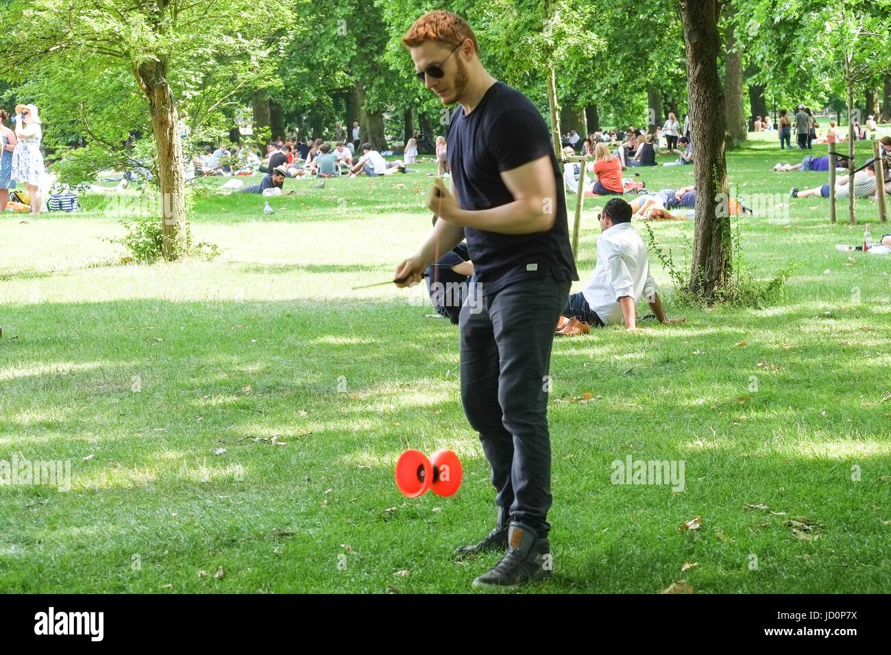 London: 17th June 2017. Tourists and Londoners enjoy tempertures of 28 celsius in Green Park. The warm weather is - Stock Image
