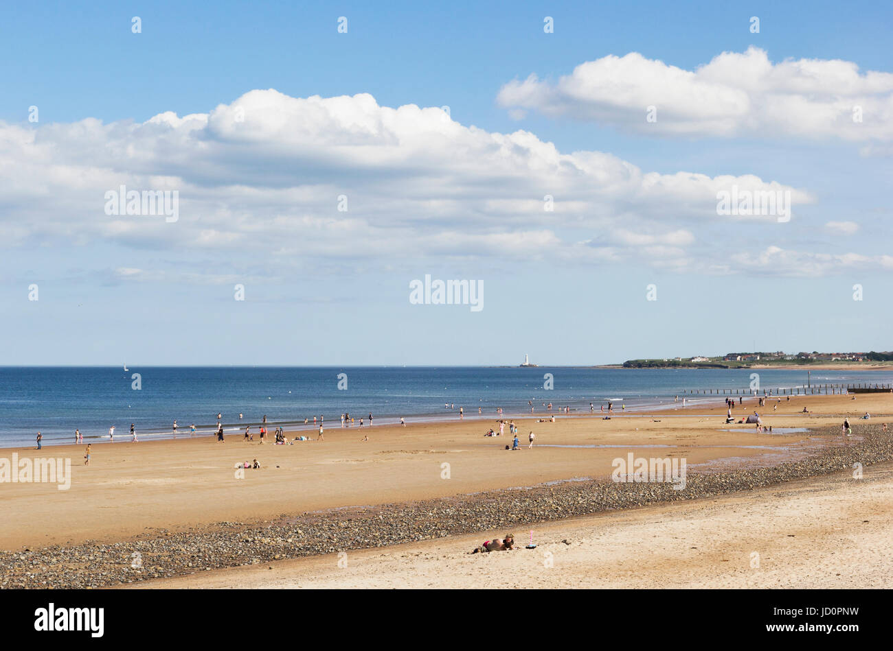Blyth, Northumberland, UK. 17th June 2017. Unusually high June temoeratures see people cooling off in the normally - Stock Image