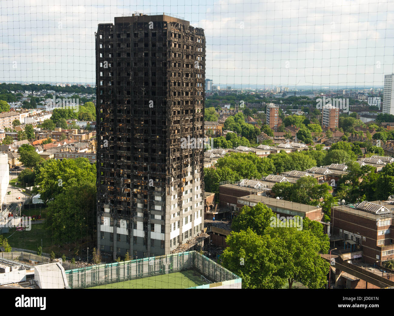 London, United Kingdom. 17th June 2017. The remains of the Grenfell Tower block in Kensington, west London, following - Stock Image