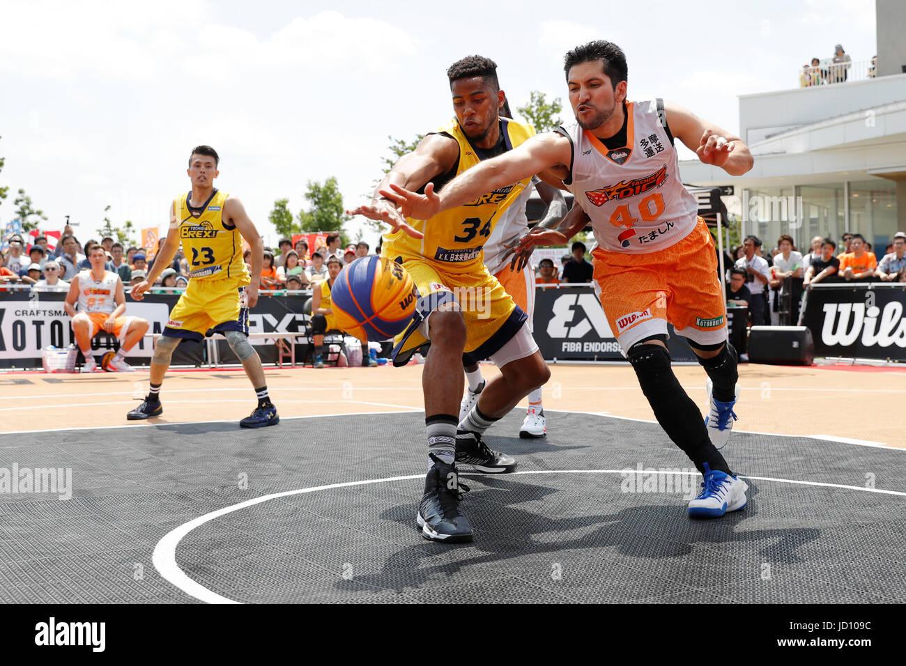 Tokyo, Japan. 17th June, 2017. (L-R) Kyle Richardson (BREX.EXE), Ken Tanaka (TACHIKAW DICE) Basketball : 33 PREMIER.EXE - Stock Image