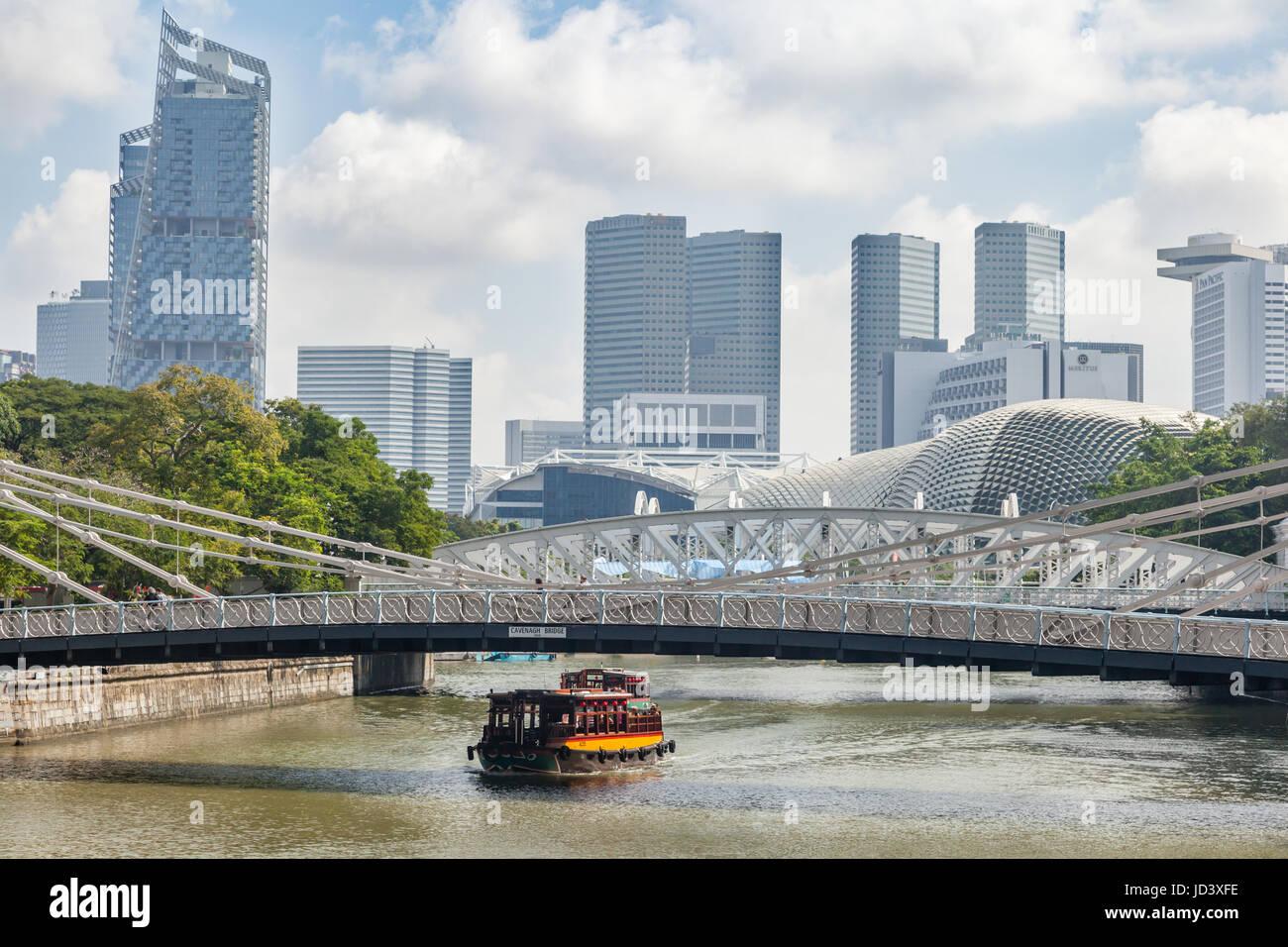 A cruise boat under Cavenagh bridge, Singapore - Stock Image