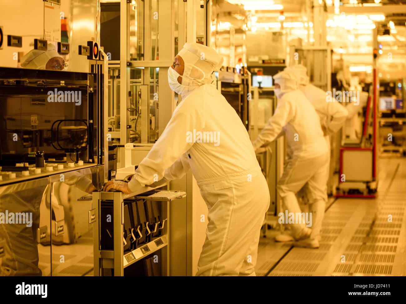 Reutlingen, Germany  16th June, 2017  Workers inspect
