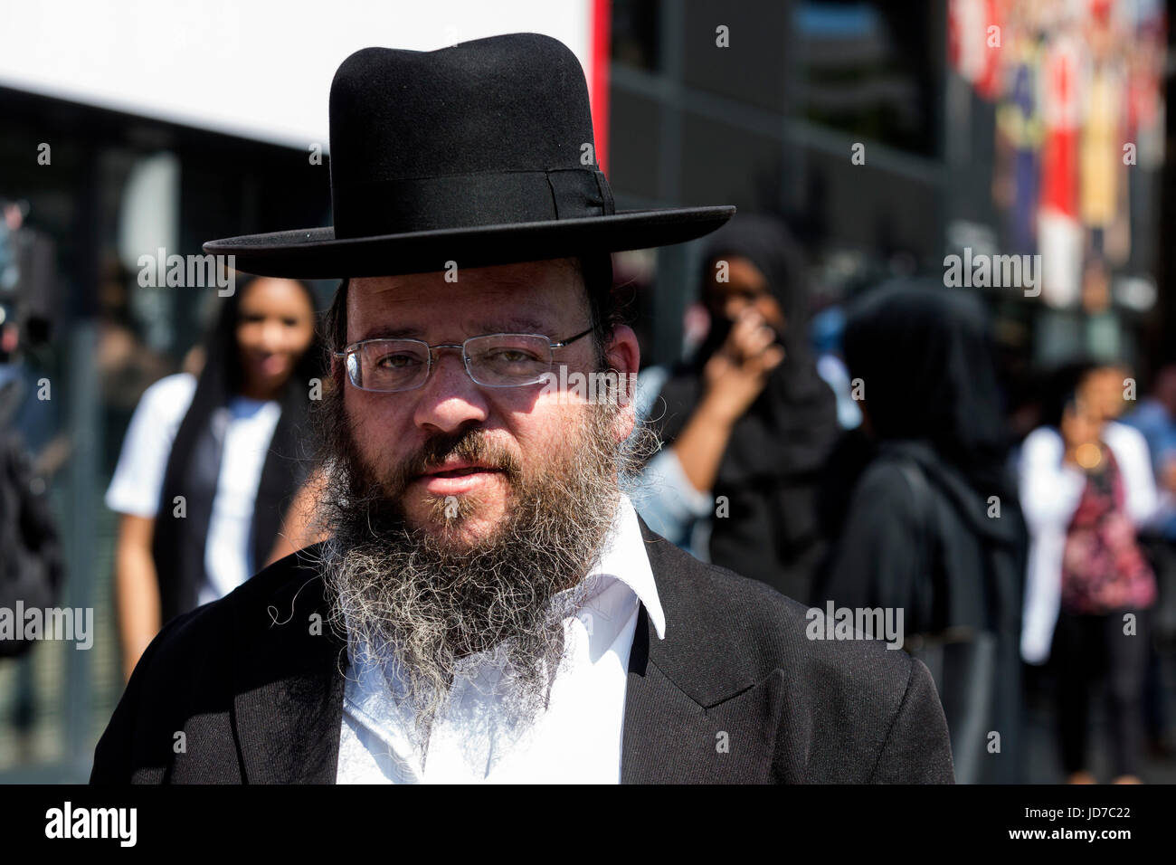 London, UK. 19 June 2017. A Jewish man and Muslim women gather at the site of a suspected terrorist attack with - Stock Image