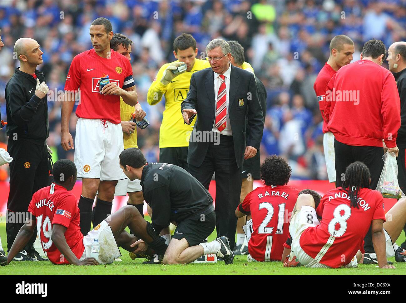 ALEX FERGUSON TALKS TO PLAYERS MANCHESTER UNITED FC WEMBLEY STADIUM LONDON ENGLAND 19 April 2009 - Stock Image