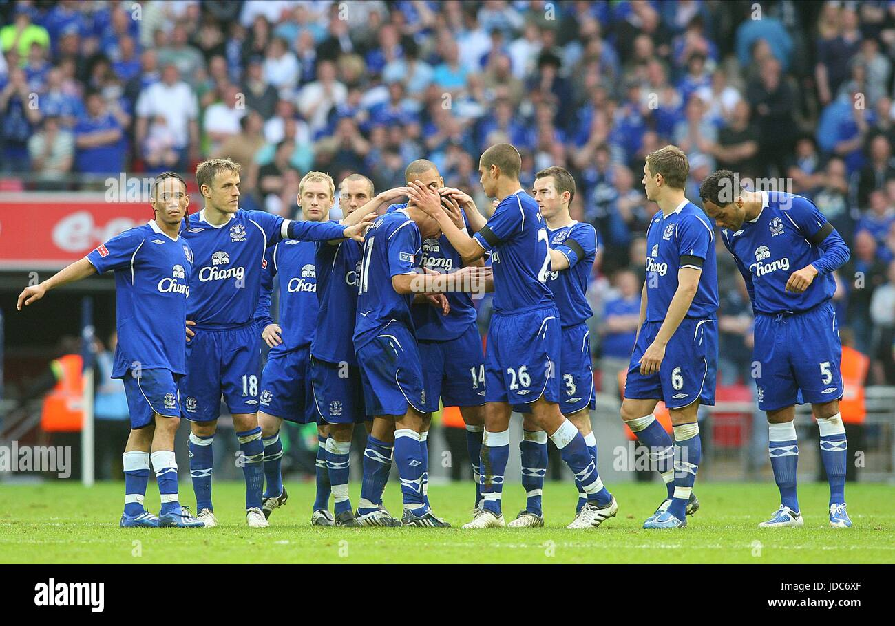 CAHILL IS CONSOLED BY TEAMATES MANCHESTER UTD V EVERTON WEMBLEY STADIUM LONDON ENGLAND 19 April 2009 - Stock Image