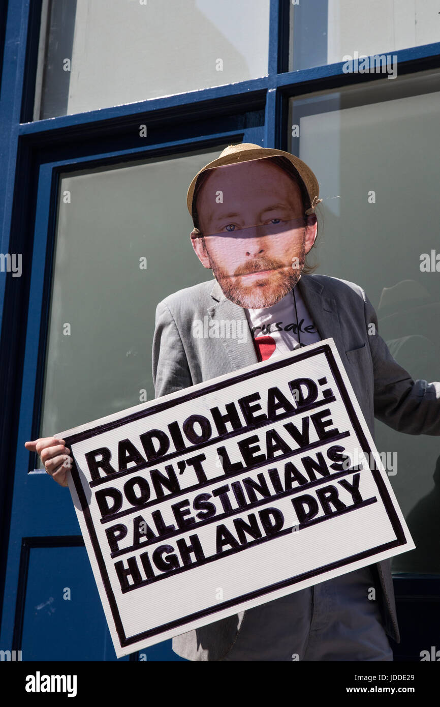 London, UK. 19th June, 2017. An activist from London Palestine Action masked as Thom Yorke protests outside the - Stock Image