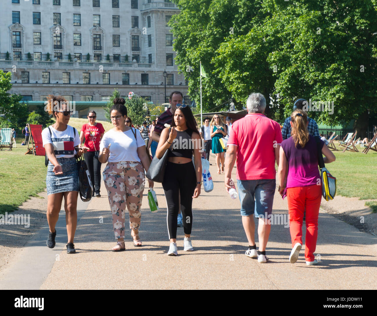 20th June, 2017. People Are Out Enjoying The Hot Weather As A Summertime  Heat Wave Hits London And The UK Credit: Michael Tubi/Alamy Live News