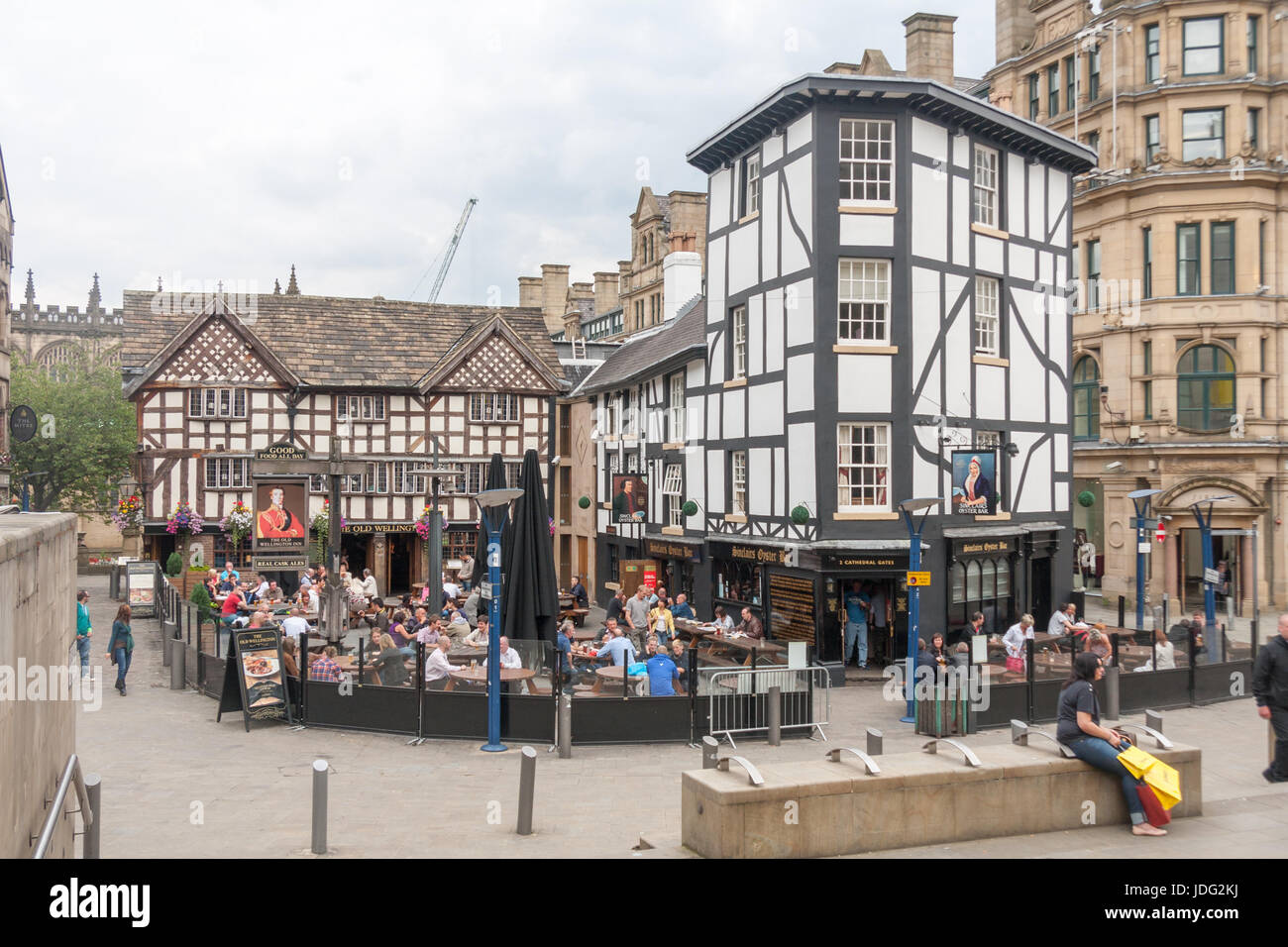 People eating and drinking outside The Old Wellington Inn and Sinclair's Oyster Bar, Manchester city centre, England, Stock Photo