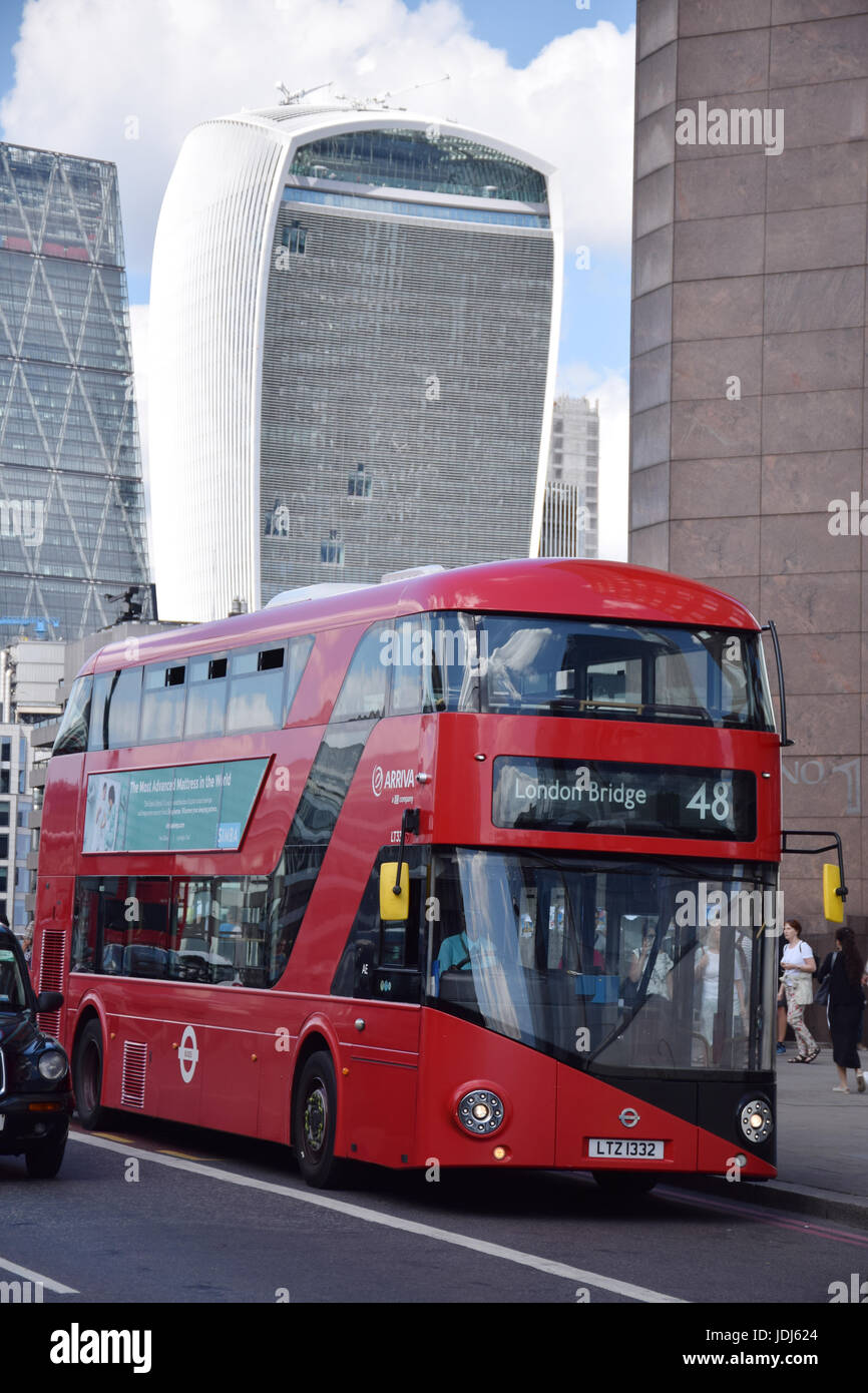 Bus on London Bridge.  In the background: City of London - 20 Fenchurch Street (Walkie Talkie building) and The - Stock Image