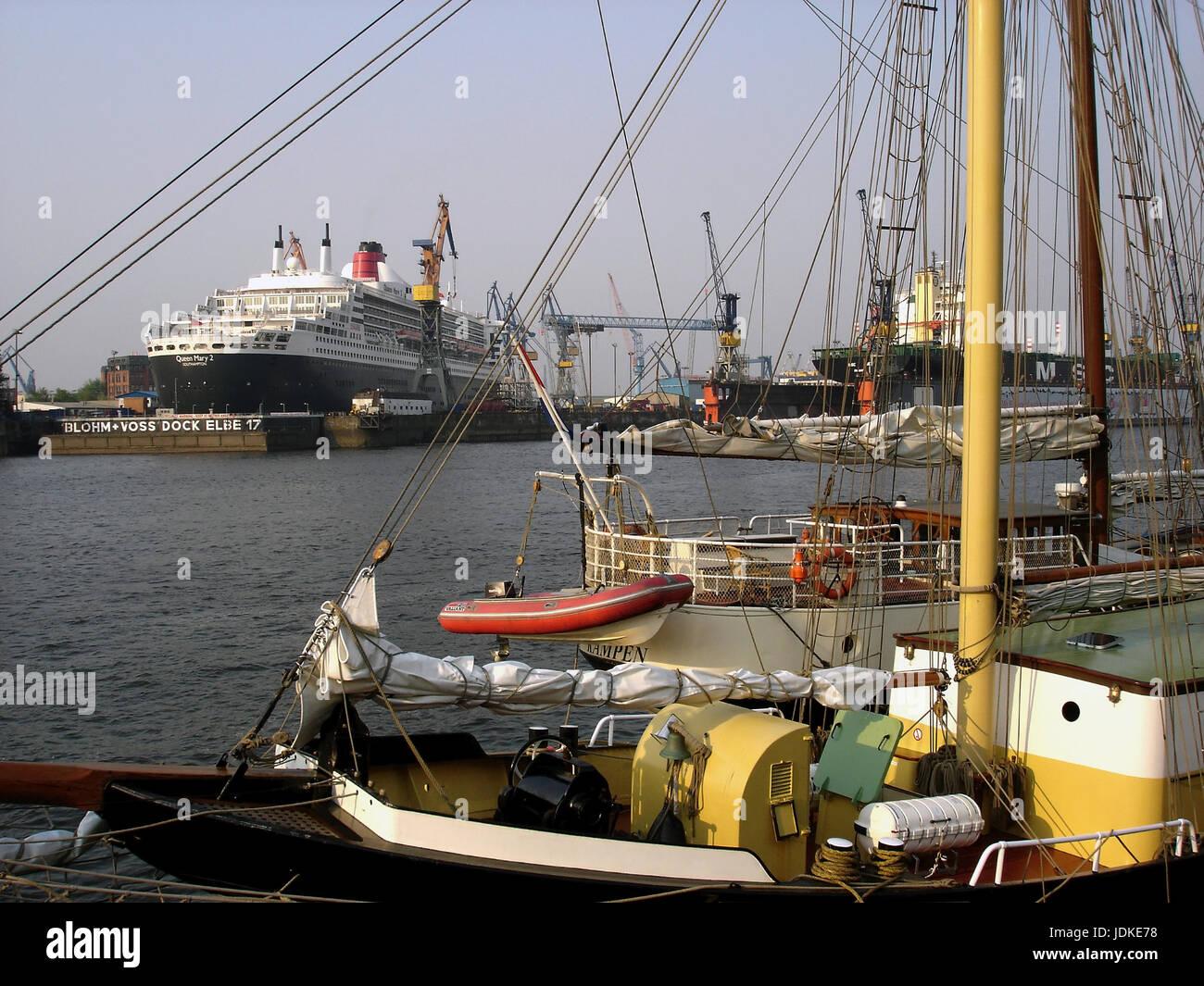 Germany, Hamburg, harbour, passenger liner queen Mary 2 in the dock, Deutschland, Hafen, Passagierschiff Queen Mary - Stock Image