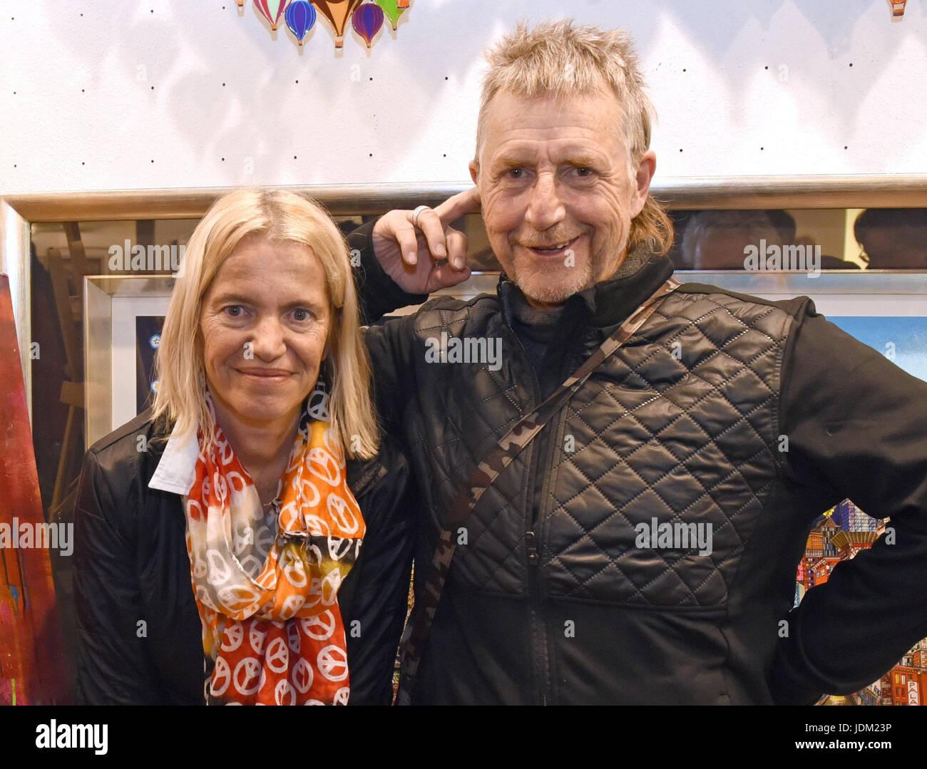 ARCHIV - Der Schauspieler Martin Semmelrogge und seine Frau Sonja stehen am 15.01.2017 in Düsseldorf (Nordrhein - Stock Image