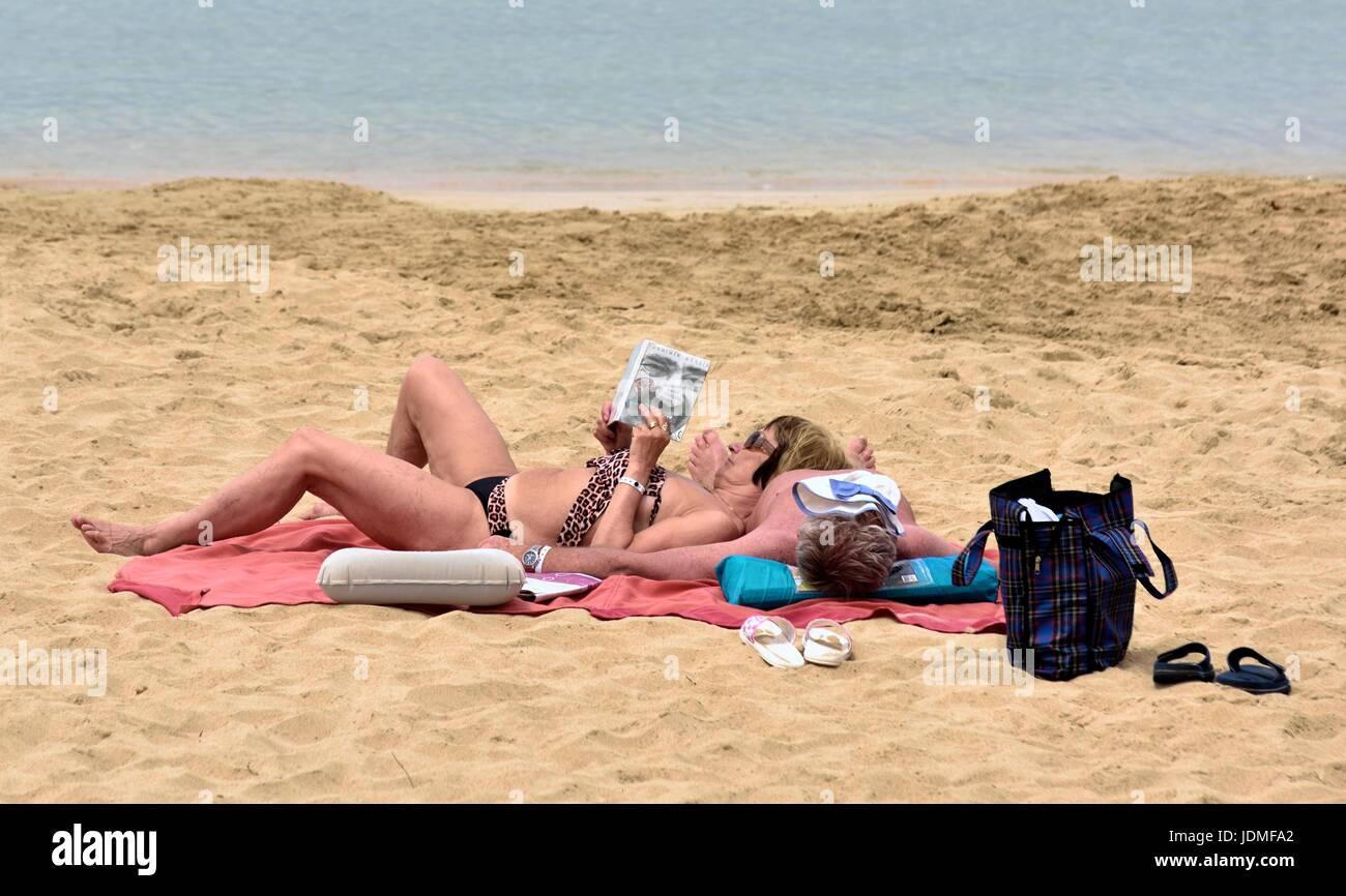 Couple sunbathing - Stock Image