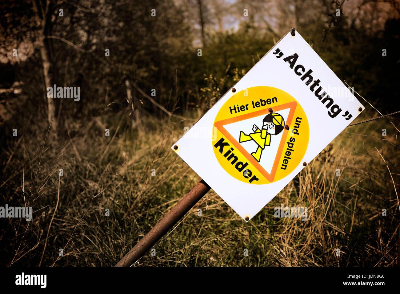 Schild Achtung, Kinder! - Stock Image
